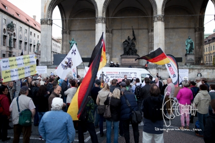 PEGIDA in front of the FEldhernnhalle.