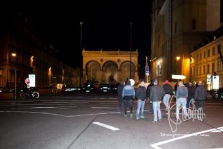 Neonazis leave PEGIDA march to pose on Feldherrnhalle