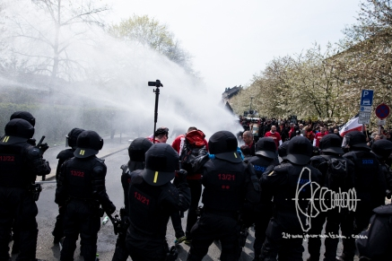 Police uses water-cannons, peppersray and teargas to push back neo-nazis attacking counter protesting citizens and police forces.
