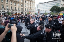 Behind these police-men and -women: Neonazi hooligans standing in the middle of more counter-protestors.