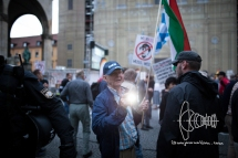 PEGIDA participant insults journalists and blinds them with flashlight