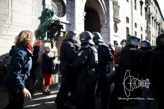 During a demonstration against the new Integrationlaw of Germany in Munich, police violence errupts after color bags were thrown. More then fifty people were wounded by police. Elderly man pushed over by police.